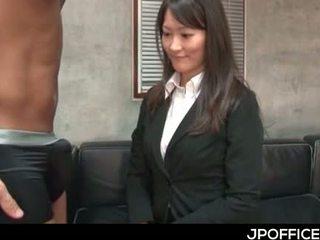 Japonais boss gets bite sucked par sexy en chaleur bureau gir