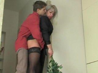 摩洛伊斯兰解放阵线 懒妇 seduces 年轻 男孩