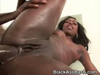 Melnas meitenes ar liels asses anāls fucked uz trijatā