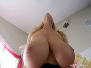 Kelly madison having fun s ji velikan naravna titties na ji postelja