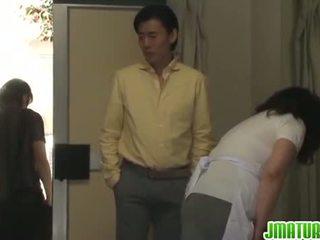 Eldre chizuru moans hardt fra en stiff knulling