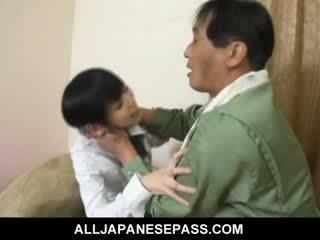 Minami asaka ihana aasialaiset nukke plays kanssa hänen iso vegetables