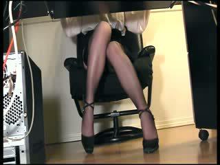 Sihteeri masturboimassa sisään sukkahousut alle kirjoituspöytä kätketty tirkistelijä näkymä