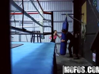 Mofos - pervs auf patrol - boxen brünette fucks im die ring starring gia paige