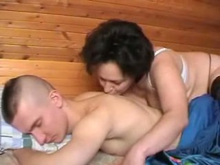 Girtas rusiškas motina seduces the youth