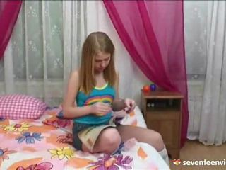 Masturberen onto haar divan