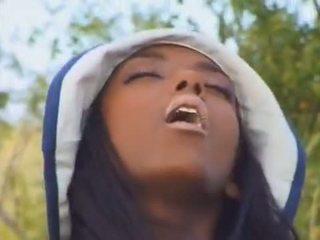Ebony babe in de frans countryside