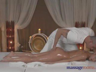 Hieronta rooms ruskettunut beauty takes joka inch of hänen masseurs rasva kukko
