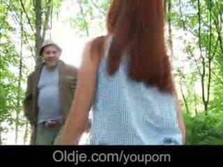 Vanha perv fucks a fiery punapää sisään the metsä
