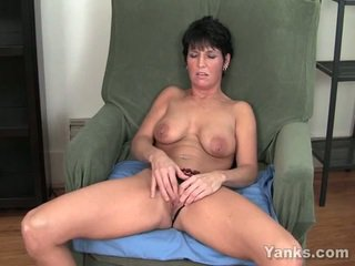 morena, masturbando, peitos enormes