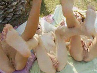Three girls barmak bilen dürtmek holes under the palm