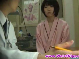 Aziatisch hotties krijgen naakt bij doctors kantoor