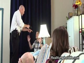 Θυμωμένος μπάτσος fucks μικροσκοπικός/ή hottie σε εμπρός του αυτήν σύζυγος