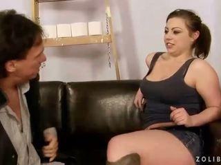 Maggiore guy scopata e fare pipì su sexy ragazza