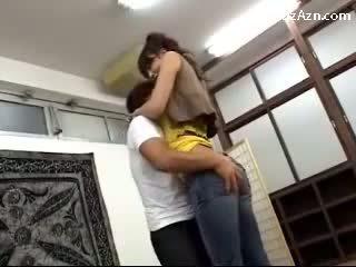 باختصار guy التقبيل مع طويل فتاة licking إبط rubbing لها الحمار في ال middle من ال غرفة