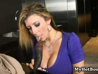 Sarah jay è un bionda haired milf che loves buio