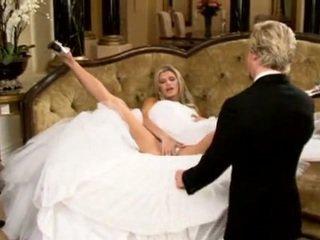 Bruid in mooi huwelijk jurk spreiden benen