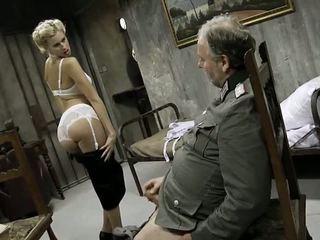 Jong meisje en an oud man having seks