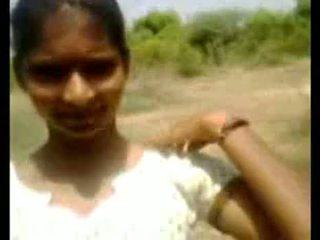 Indiane adoleshent fshat vajzë duke thithur kokosh outdoors