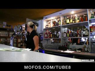 Incredibly het tjeckiska blondin är paid till ta en kön paus vid arbete