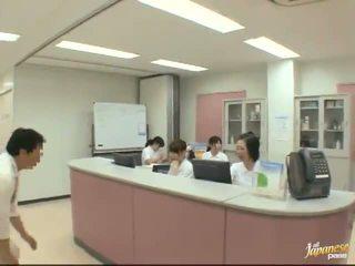 अच्छा जपानीस नर्स gives एक stroking को the रोगी