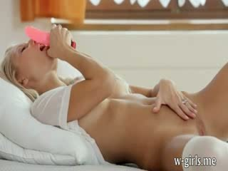 Lustful blondie skaistule meitene stuffing viņai vāvere ar sārts dildo