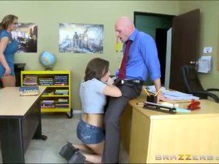 Dospívající a macecha worships školní teachers velký kohout