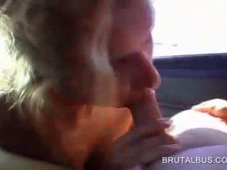 Piemel eating blondine poesje banged in de bus