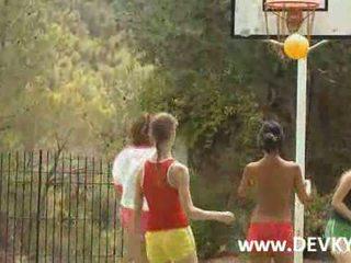Five basquete meninas masturbação feminina nu em um tribunal