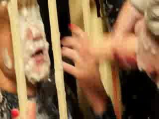 Sexy babe sprayed met sperma in haar gevangenis cel