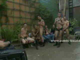 Straat bende gathers naar zien een homo slaaf