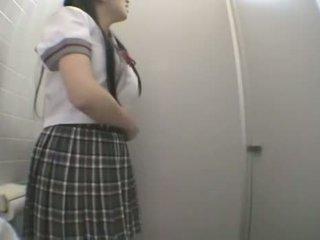 Student knulling i offentlig toalett