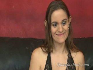 Stygg kvinne med ikke verdi used til ekstrem oral