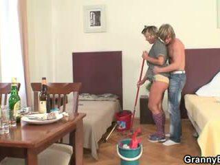 Opruimen vrouw rides zijn geil piemel