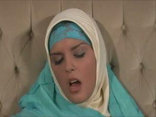 Impactante muslima en hijab con gran cuerpo es un sexaddict
