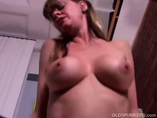 Sexy rijpere babe enjoys een neuken en een facial