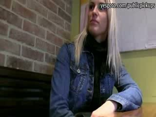 Mooi blondine tsjechisch meisje paid voor hardcore seks met stranger