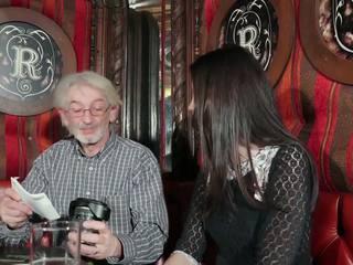 Jong dochter tempting grootvader met jong poesje seks