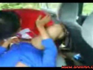 Indonesisch painful neuken in een auto