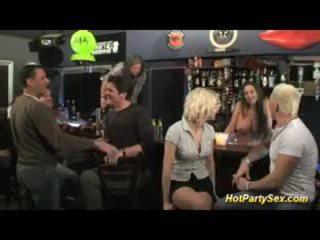 Білявка грудаста шльондра є the основний attraction з the бар