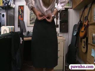 Card dealer pawns 她的 twat 和 gets screwed 在 該 幕後
