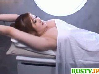 Momoka krūtainas ir aroused vairāk eļļa