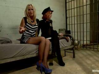 Scarlet vadītājs policists elle alexandra shafts un dominates blondīne inmate simone sonay