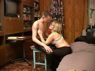 Rusiškas suaugę mama su schoolboy