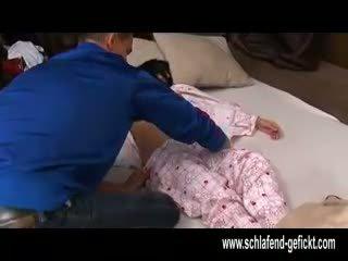 După deschis de noapte dormind fata cu mare tate inpulit greu