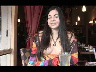 Nadine pievilcīgas innocent brunete pusaudze flashing bumbulīši uz publisks un having dinner uz restaurant