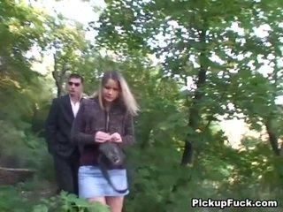 Tsjechisch blondine sucks two cocks in de park