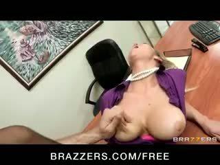 Uzbudinātas big-tit blondīne office-slut pornozvaigzne abbey brooks fucks loceklis