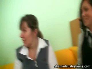 Dina en kira cocksuck en lik groot chest van hun leraar.