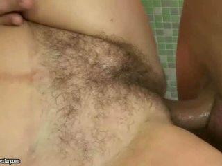 Rondborstig grootmoeder neuken een jong man